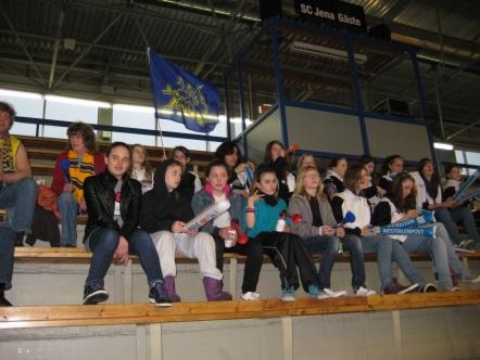 Die U13-2 verfolgt auf ihrer Abschlussfahrt gespannt von der Tribüne das Spiel der Phoenix Hagen Ladies